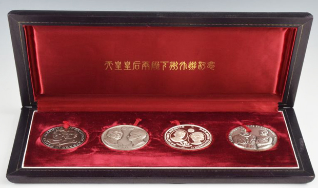 天皇皇后両陛下御外遊記念純銀メダル