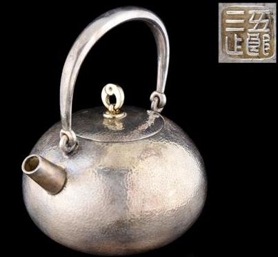 金谷五郎三郎造 精銀鎚目曲玉式環摘宝珠湯沸 銀瓶